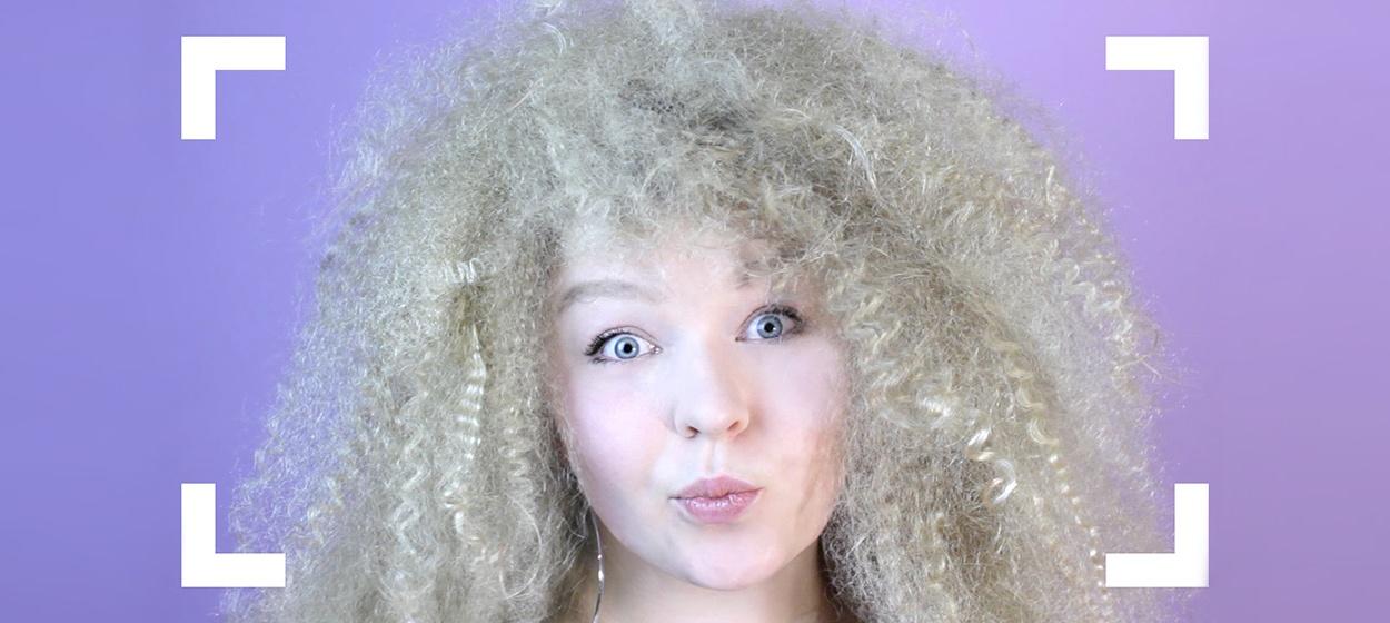 Afro Locken aus glatten Haaren machen mit super viel Volumen